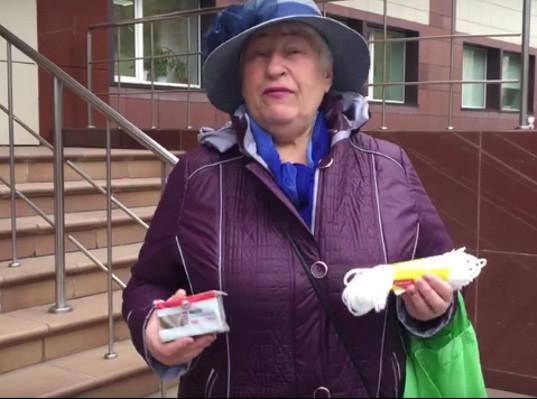 Новосибирская пенсионерка подарила министру веревку и мыло за прибавку к пенсии