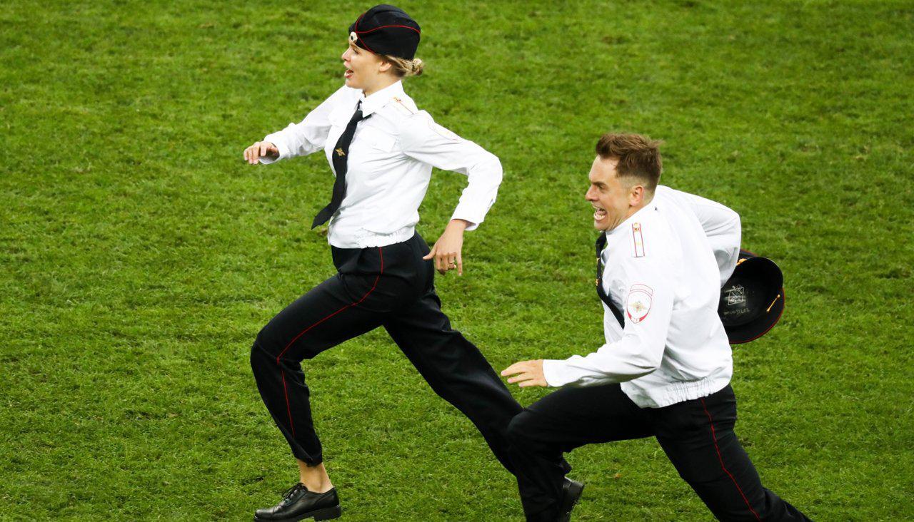 Pussy Riot выбежали на поле во время финала ЧМ-2018 в поддержку политзаключенных