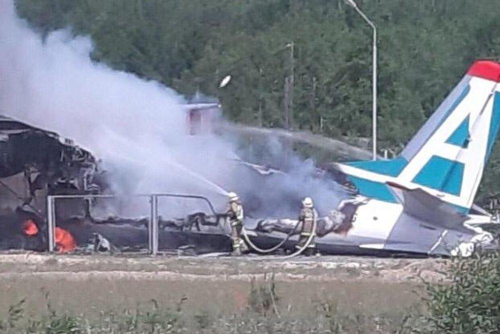 Пассажирский самолет в Бурятии выкатился за пределы полосы и загорелся