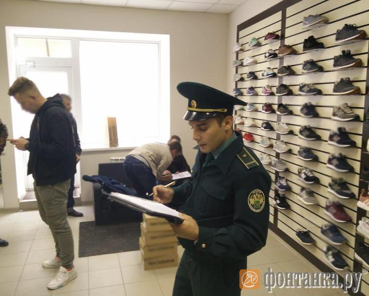 Таможня выносит английский бренд из магазина кроссовок на Гороховой - Криминал