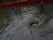 Коммунальщики затопили нечистотами неплательщиков в Красноярске